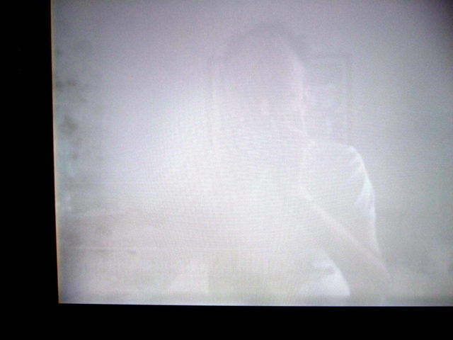 Белое пятно на экране macbook, которое видно на темном фоне